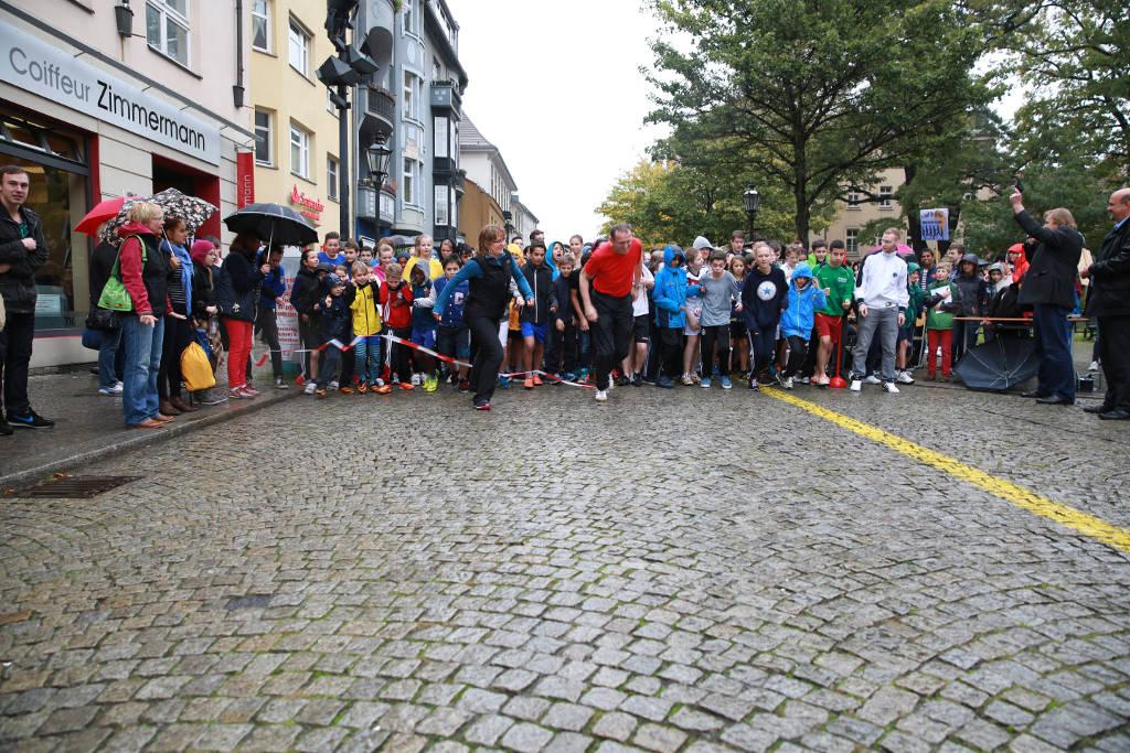 Beim Startschuss waren die meisten Läufer noch halbwegs trocken.