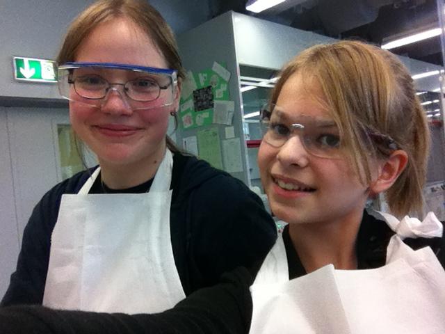 Alica und Alina im Labor der Hochschule Merseburg