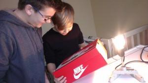 Marvin und Florian mit dem selbst gebauten Spektroskop....