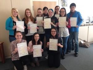 Erfolgreiche Kursteilnehmer mit ihren Cambridge-Sprachzertifikaten