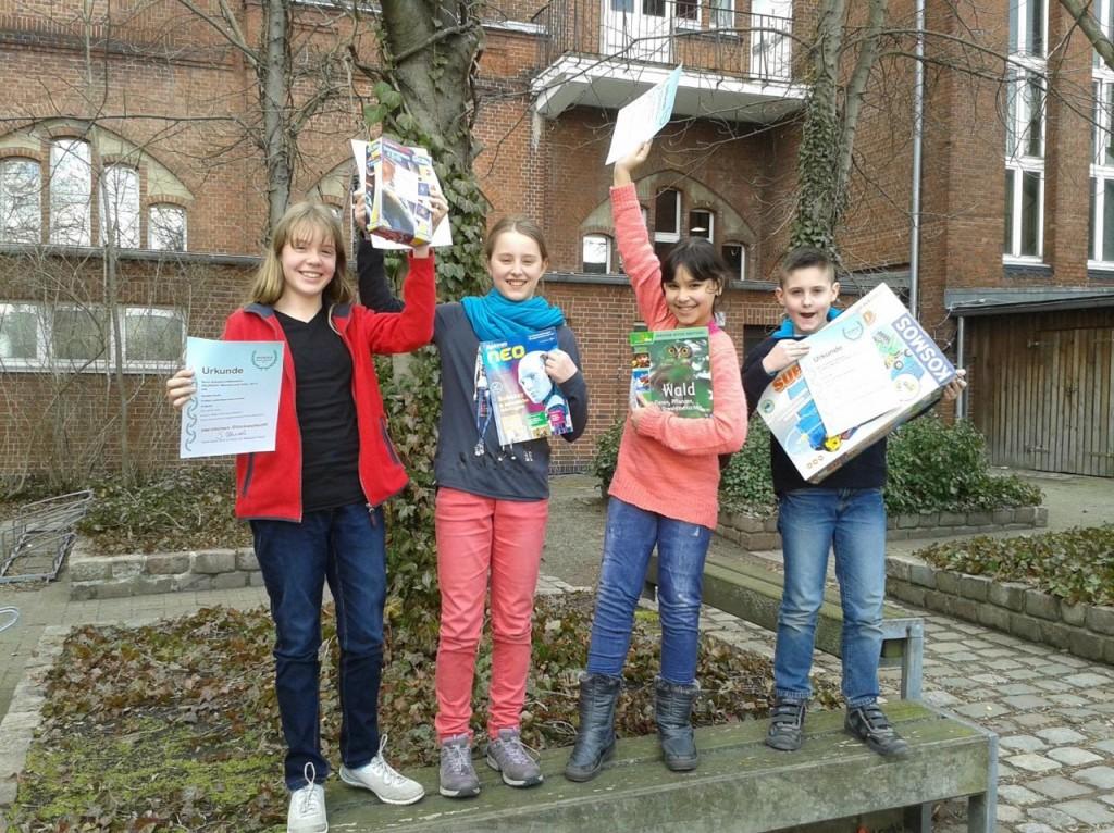 Gewinner im Heureka-Wettbewerb der 5a (v. l. 1. Platz Annelie, 3. Platz Fiona, 2. Platz Anabel und Bundessieger Martin)