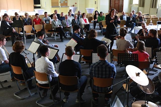 Frau Zern und das Orchester beschwören Edvard Griegs Bergkönig