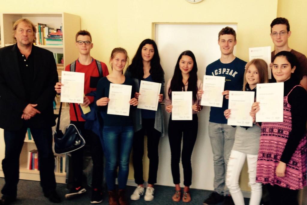 Übergabe der Zertifikate unserer Schüler am 14.09.2015, die alle erfolgreich an den Prüfungen zu PET, FCE and CAE
