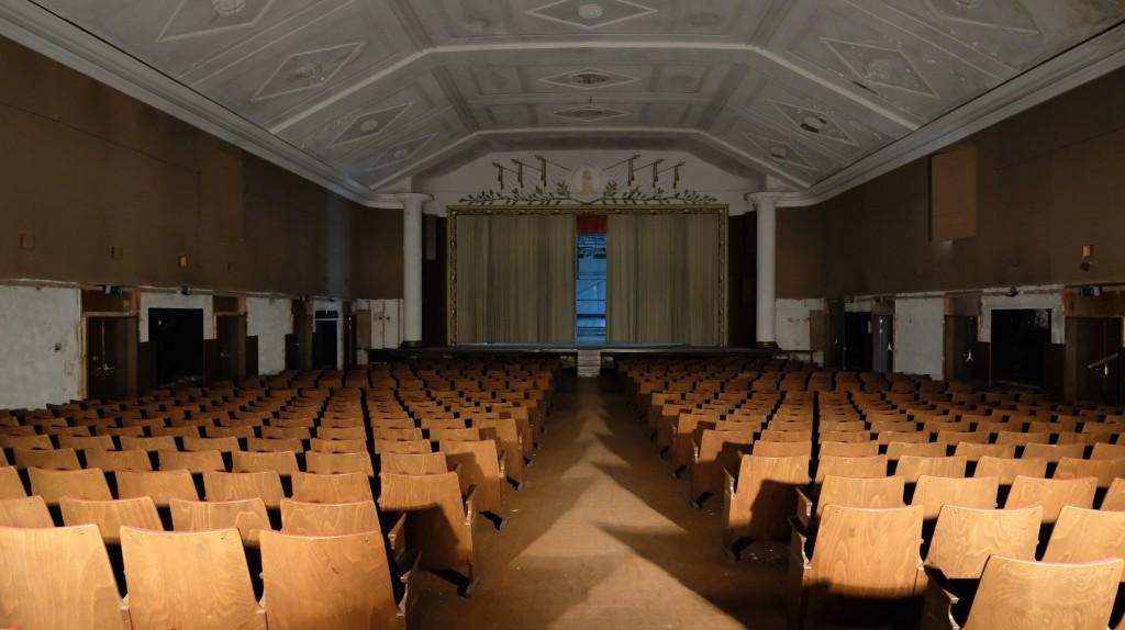 Der Zuschauerraum des Theaters aus der NS-Zeit belegt die Anwesenheit einer hohen Zahl ranghoher Offiziere.