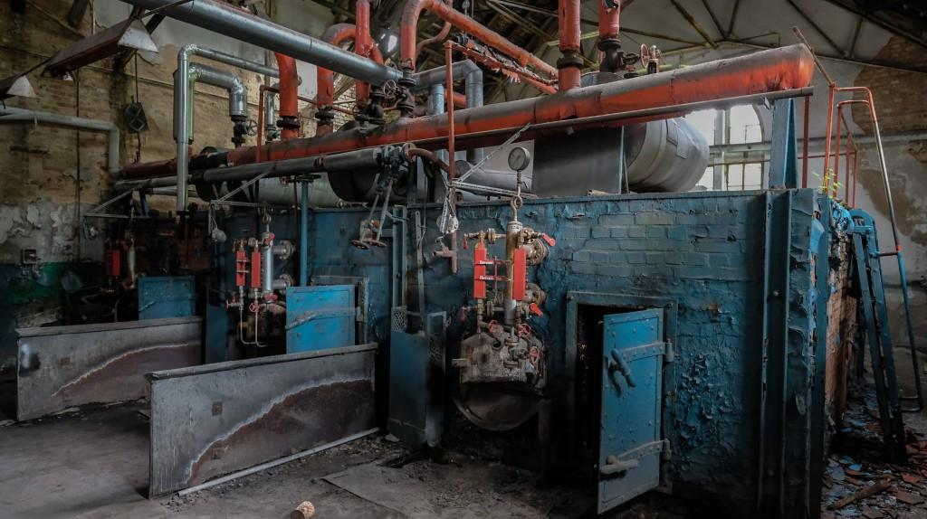 Im Kesselhaus des Schwimmbads aus der NS-Zeit sind die Spuren Selbst aus den Eisenrohren tropft es ... des Verfalls unverkennbar.