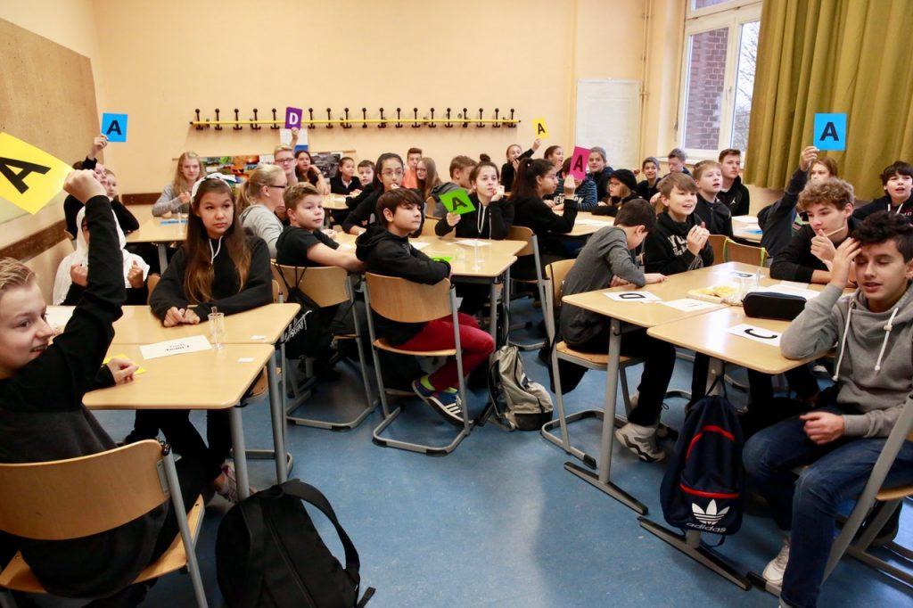 Die Teams der Klasse 7d haben sich für eine Antwort beim Klassenquiz entschieden, mit dem der NaWigatortag eröffnet wurde.