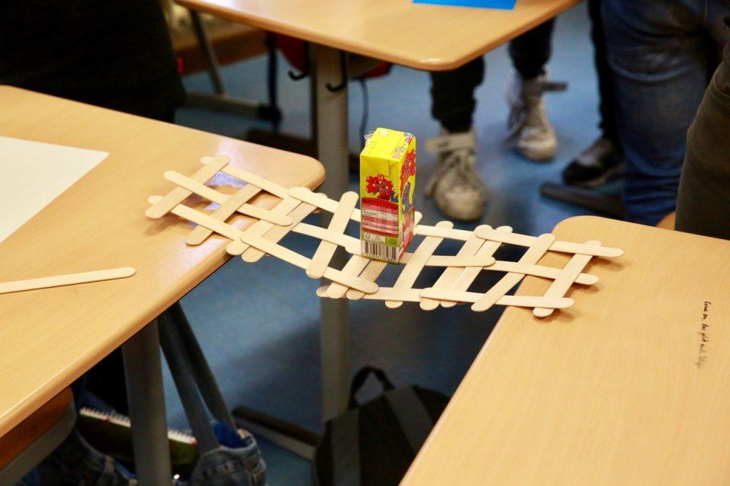 ... und halten als Brücke ein vorgegebenes Gewicht aus.