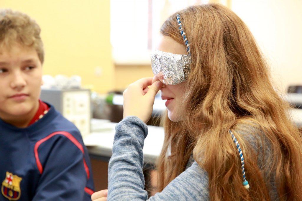 Hier isst das Auge nicht mit: Schmeckt der Wackelpudding auch rot oder grün, wenn man es nicht sieht? Schüler der 7b probieren es aus.