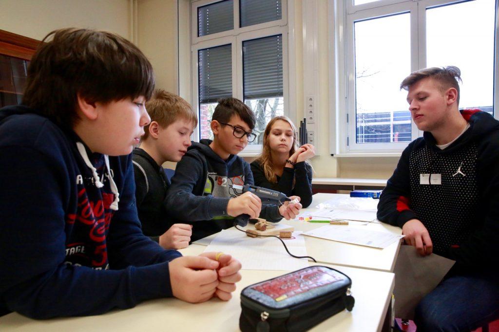 """An der Station """"Katapult"""" muss aus einfachen Mitteln eine effiziente """"Gummibärchen-Wurfvorrichtung"""" konstruiert und gebaut werden. Ein Schüler der 10. Klasse bewertet den Erfolg."""