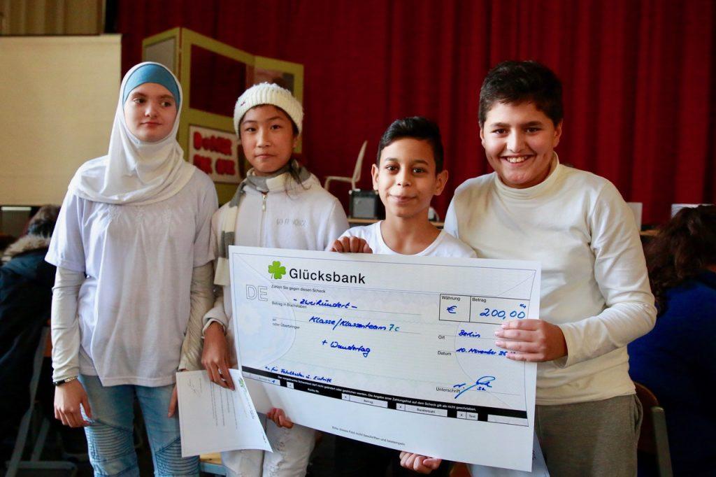 Alissa, Estelle, Mohamad und Bilal zeigen stolz das Ergebnis ihres Einsatzes im Finalquiz.
