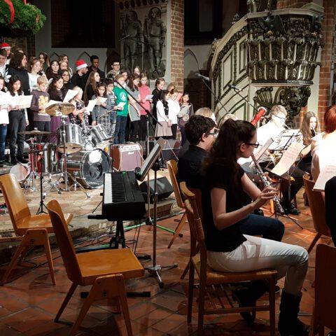 Das Orchester beim gemeinsamen Abschlusslied (2)