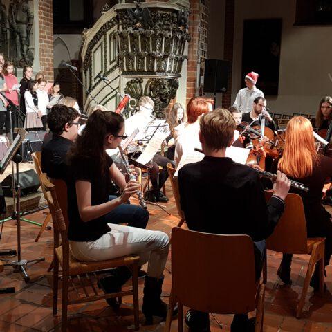 Das Orchester beim gemeinsamen Abschlusslied